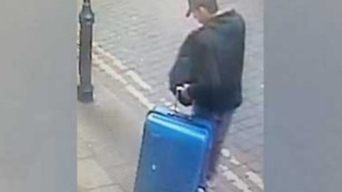 Imagen del yihadista Salman Abedi con una maleta azul