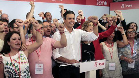 Pedro Sánchez canta 'La Internacional' con sus seguidores. (Foto: Francisco Toledo)