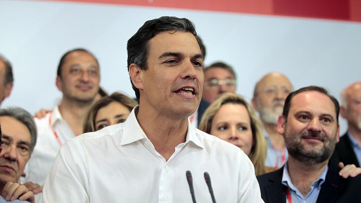 Pedro Sánchez se dirige a sus seguidores tras ganar las primarias del PSOE. (Foto: Francisco Toledo)