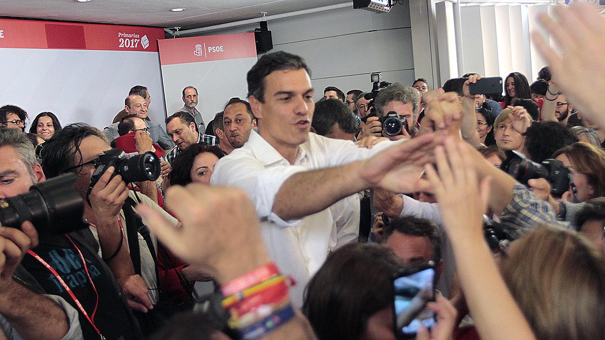 Pedro Sánchez celebra junto a sus seguidores el triunfo en las primarias del PSOE. (Foto: Francisco Toledo)