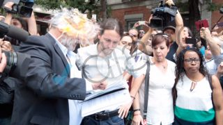 El secretario general de Podemos, Pablo Iglesias, se lleva un huevazo (Foto: Francisco Toledo)