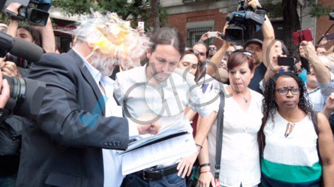 Iglesias sale del Congreso para apoyar a los taxistas y se lleva un 'huevazo'
