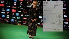 La alcaldesa Carmena en los premios de Bollywood junto a la factura. (Foto: AFP)
