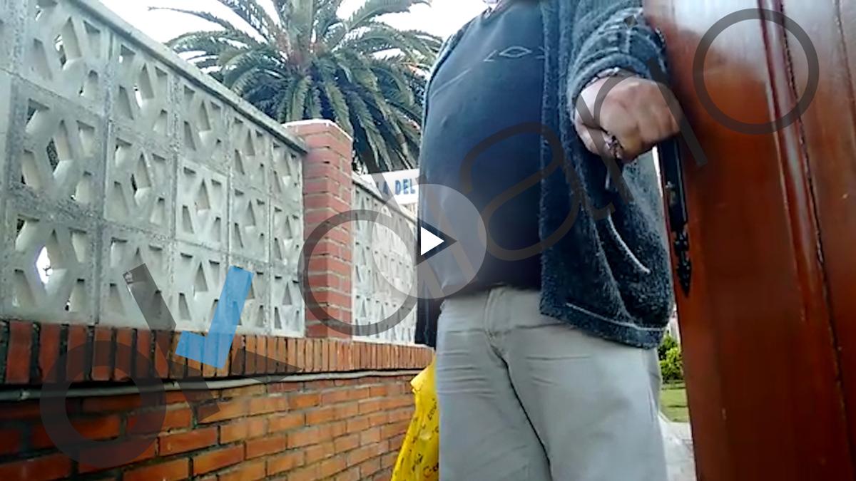 El discapacitado utilizado por el PP de Cantabria, a las puertas de su urbanización.