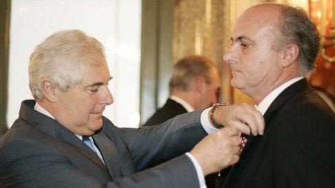 El magistrado de enlace de España en Francia, Manuel García Castellón (d), recibe de manos del ministro francés de Justicia, Pascal Clément, la Legión de Honor, en 2006. EFE