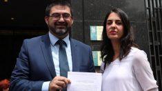 Carlos Sánchez Mato y Rita Maestre mostrando un recurso. (Foto: Madrid)