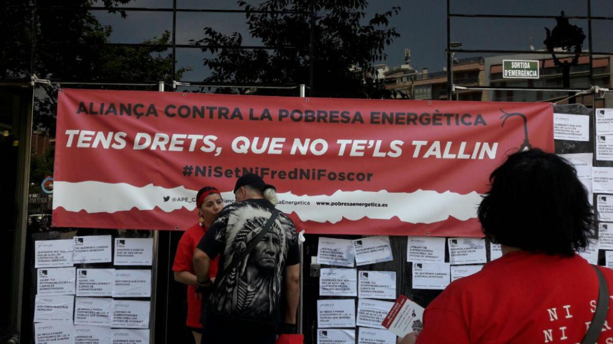 La guardia urbana de colau permite a los antidesahucios for Endesa oficinas barcelona