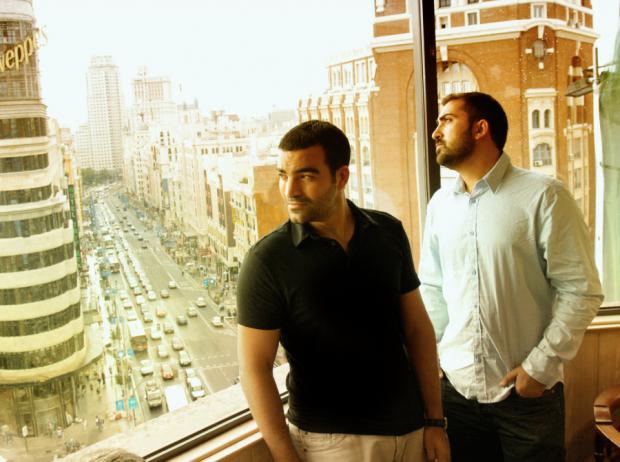 Martin y José Rosete, 'The Rosete Brothers', con la Gran Vía madrileña de fondo.