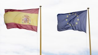 Banderas de España y la Unión Europea. (Foto: Getty)