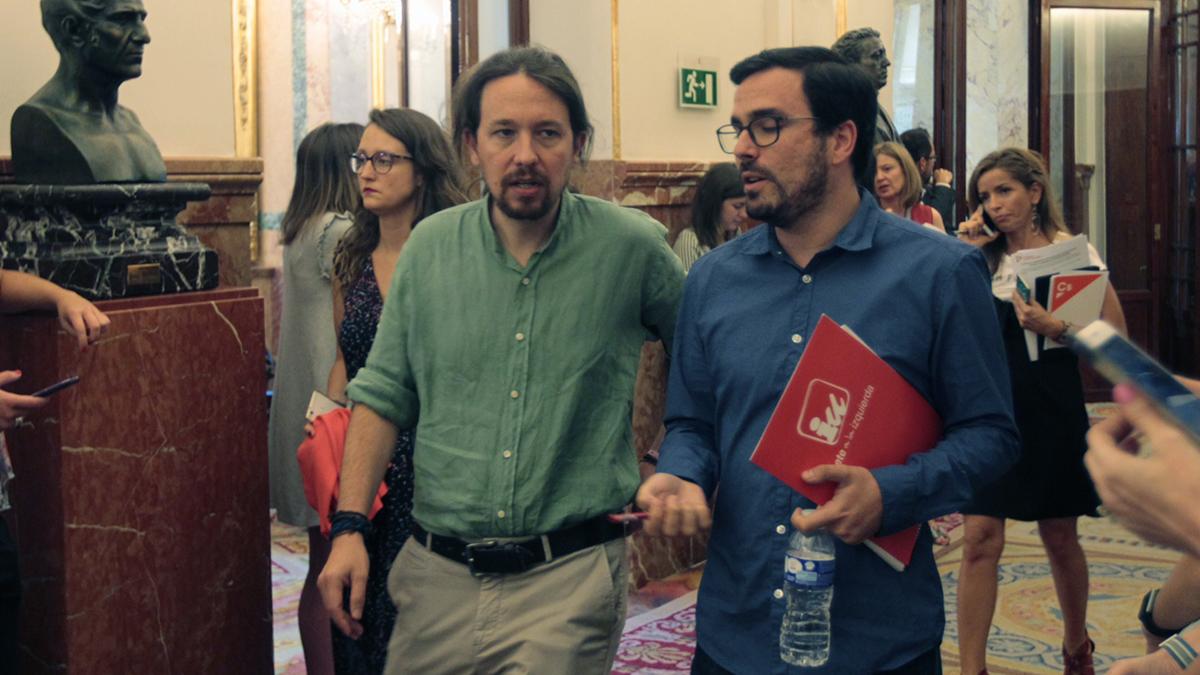 Alberto Garzón y Pablo Iglesias en los pasillos del Congreso. (Foto: Francisco Toledo)