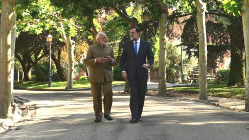 Narendra Modi, primer ministor de la India, y Mariano Rajoy en los jardines de la Moncloa.