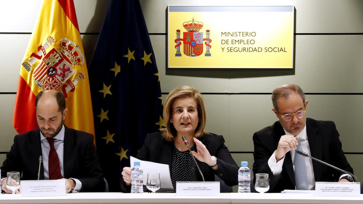 La ministra de Empleo y Seguridad Social, Fátima Báñez (c), el secretario de Estado de Empleo, Juan Pablo Riesgo (i), y el subsecretario de Empleo y Seguridad Social, Pedro Llorente (d). (Foto: EFE)