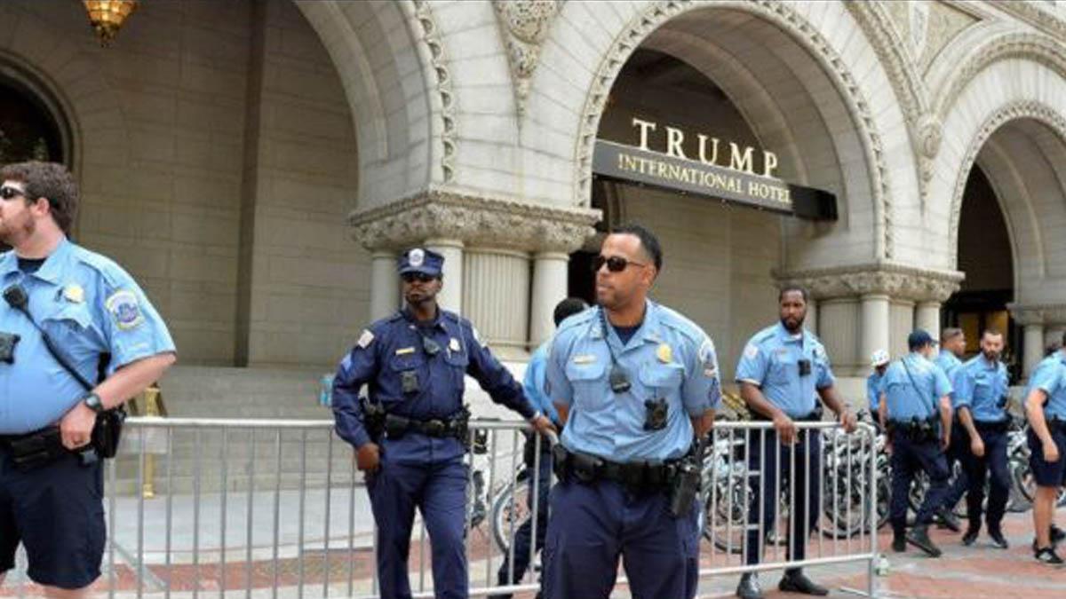 Policía en el hotel de Trump en Washington.