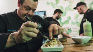 El chef prepara uno de los platos que se degustaron en  el Día de Canarias en el restaurante madrileño El Gofio.