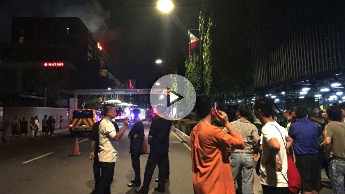 Ciudadanos en las proximidades del complejo turístico donde se produjo el tiroteo.