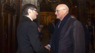 El presidente de la Generalitat, Carles Puigdemont (i) y el presidente de Banco Sabadell, Josep Oliú.  (Foto: EFE)