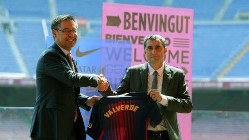 Ernesto Valverde posa junto a Josep María Bartomeu. (EFE)