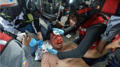 Un manifestante herido por la violencia de la represión de Maduro es atendido en Caracas. (AFP)