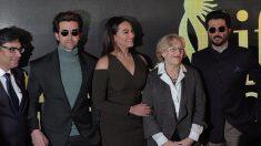 Manuela Carmena con los actores indios. (Foto: Madrid)