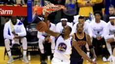 Kevin Durant machaca con mucha violencia el aro de los Cavaliers.
