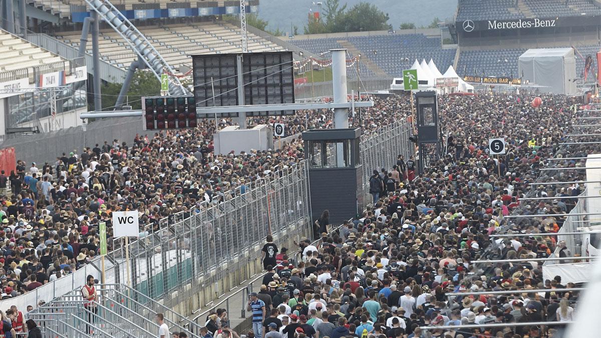 Los asistentes al festival de rock en el momento en el que son evacuados. AFP
