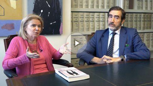 La abogada del Estado, Elisa de la Nuez y el notario Ignacio Gomá, dos de los autores del libro 'Contra el capitalismo clientelar'. (Foto: Marcos Rivera)