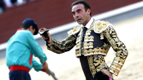 Enrique Ponce exhibe la oreja cortada a su primer toro (Foto: Efe).