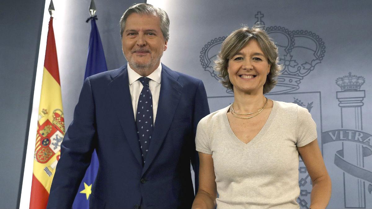 El portavoz del Ejecutivo, Íñigo Méndez de Vigo y la ministra de Agricultura, Isabel García Tejerina (Foto: Efe)