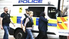 La policía arresta a una mujer en Londres (Foto: AFP).