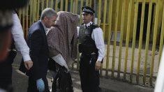 La policía británica acompaña a un detenido en Barking por los atentados de Londres (Foto: AFP)