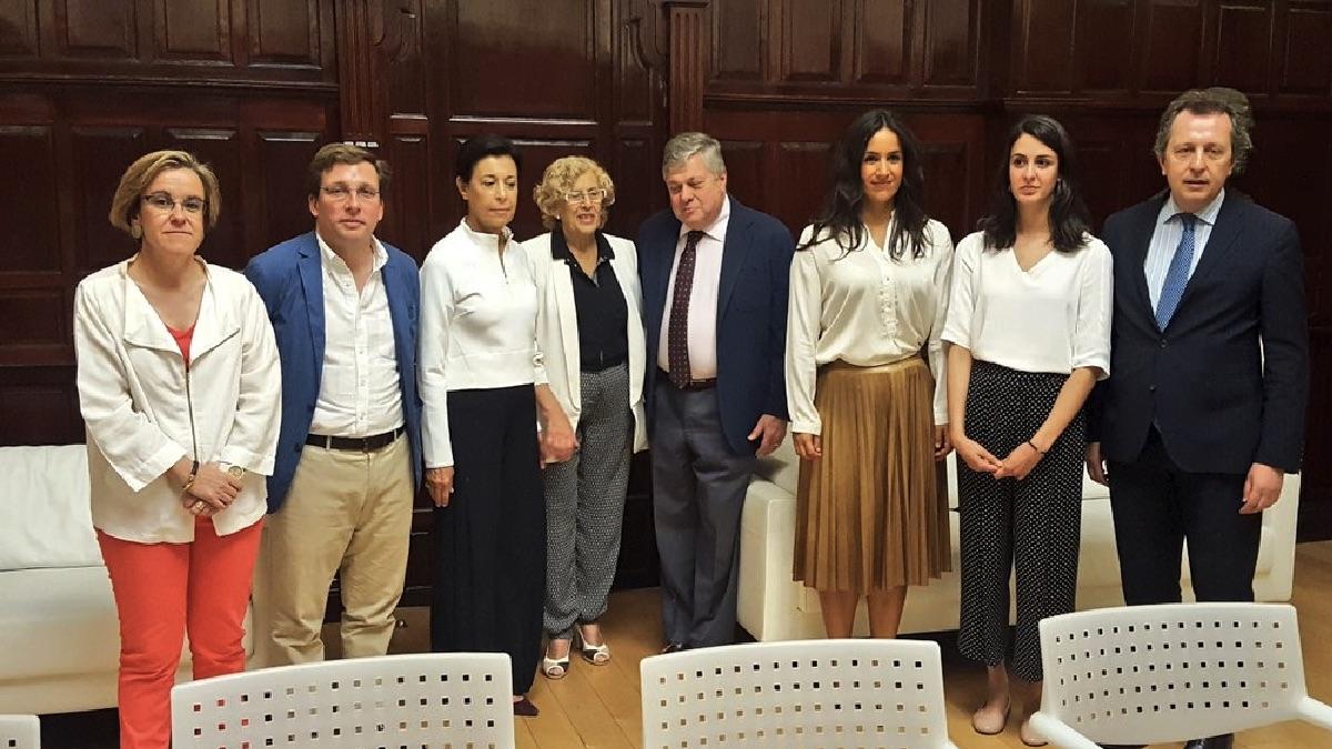 Los portavoces de los grupos municipales y Manuela Carmena con los padres de Leopoldo López. (Foto: TW)