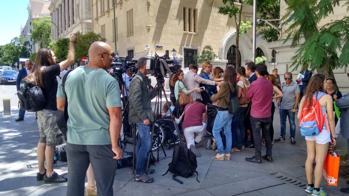 Declaraciones en la calle de los padres de Leopoldo López. (Foto: OKDIARIO)