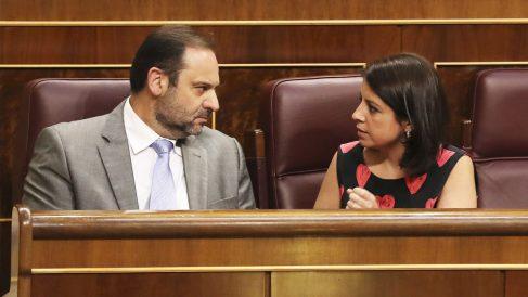 José Luis Ábalos y Adriana Lastra. (Foto: EFE)