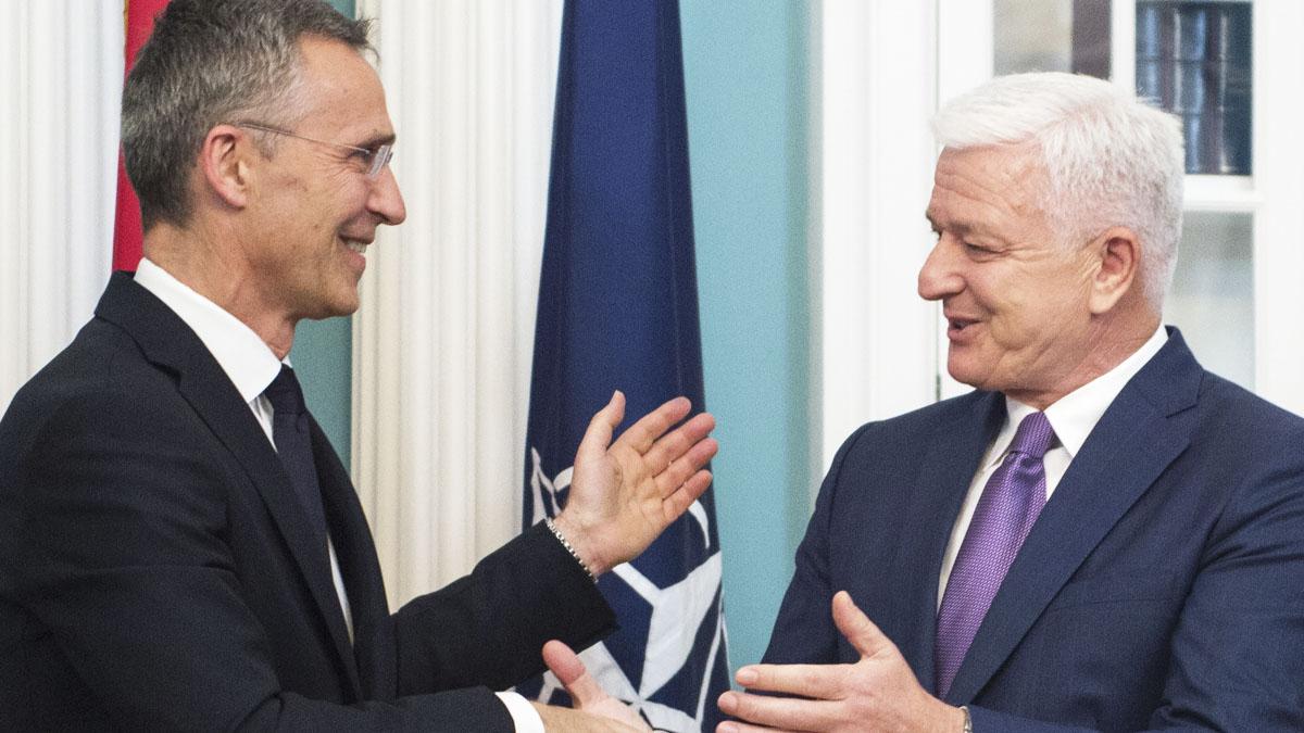 Jens Stoltenberg y Dusan Markovic (Foto: AFP)