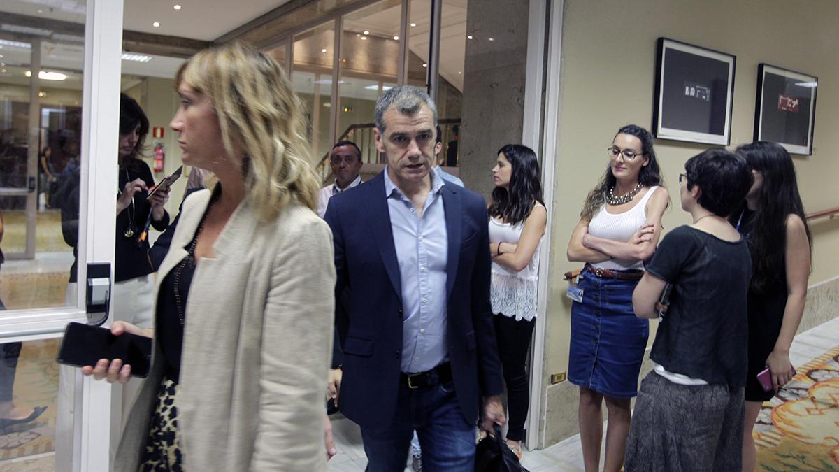 Toni Cantó llegando a la comisión sobre la financiación ilegal del PP (Foto: Francisco Toledo)
