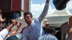 Leopoldo López, en el momento de ser apresado por la Guardia Nacional tras dar un discurso el 18 de febrero de 2014. (Foto: AFP)