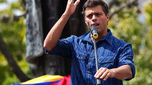 Leopoldo López, antes de ser apresado por la Guardia Nacional tras dar un discurso el 18 de febrero de 2014. (Foto: AFP)