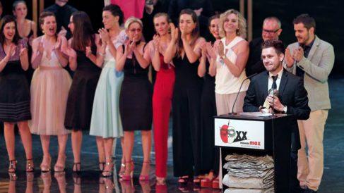 El actor Joan Santacreu (d) recibe el Premio Max al Mejor Espectáculo de Calle por la obra Mulïer, de la compañía Maduixa, durante la gala de entrega de la vigésima edición de los Premios Max de las Artes Escénicas. Foto. EFE