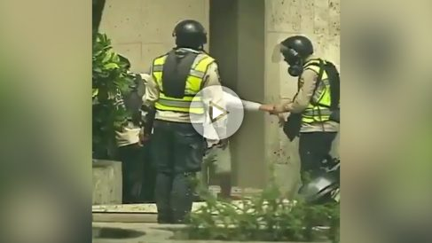 Policías de Maduro roban a unos manifestantes en las calles de Venezuela.