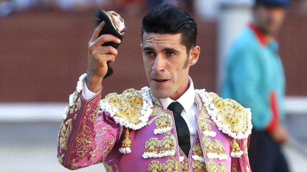 Alejandro Talavante con la oreja que cortó este martes en Las Ventas (Foto: Efe).