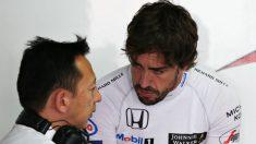 Fernando Alonso charla con uno de los trabajadores de Honda. (Getty)