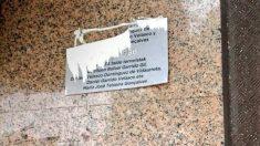 Placa en memoria del cuádruple atentado de ETA de octubre de 1986 arrancada en San Sebastián.
