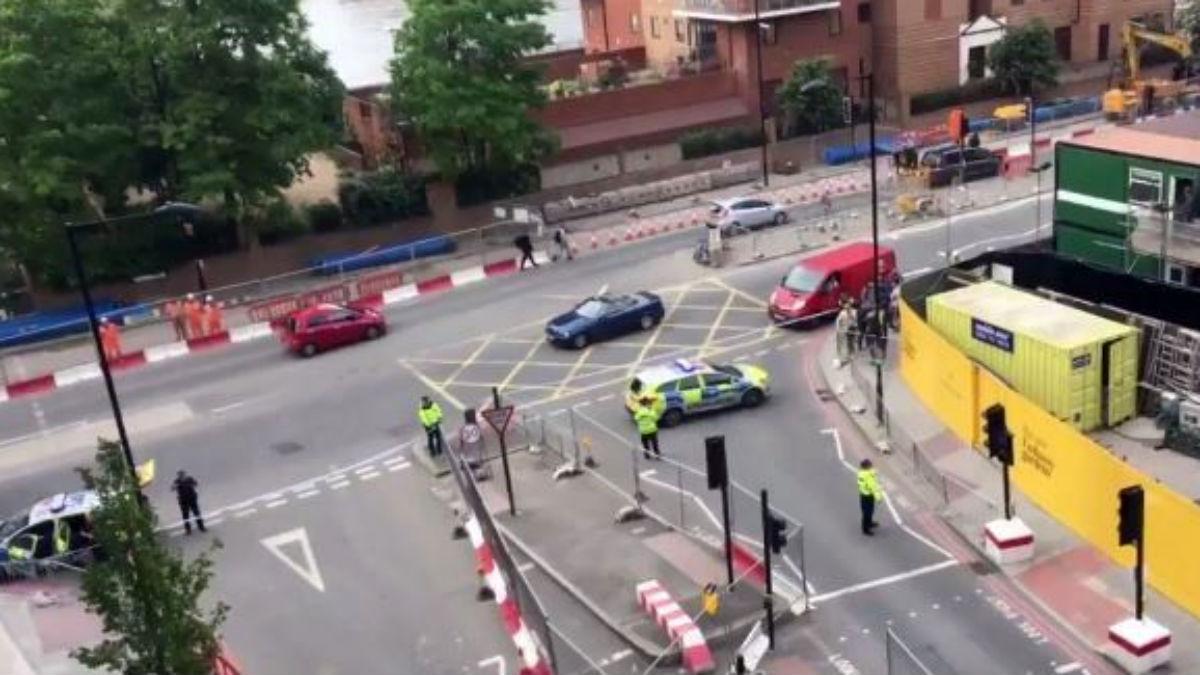 La policía de Londres ha explosionado dos coches abandonados junto a la embajada de EEUU.