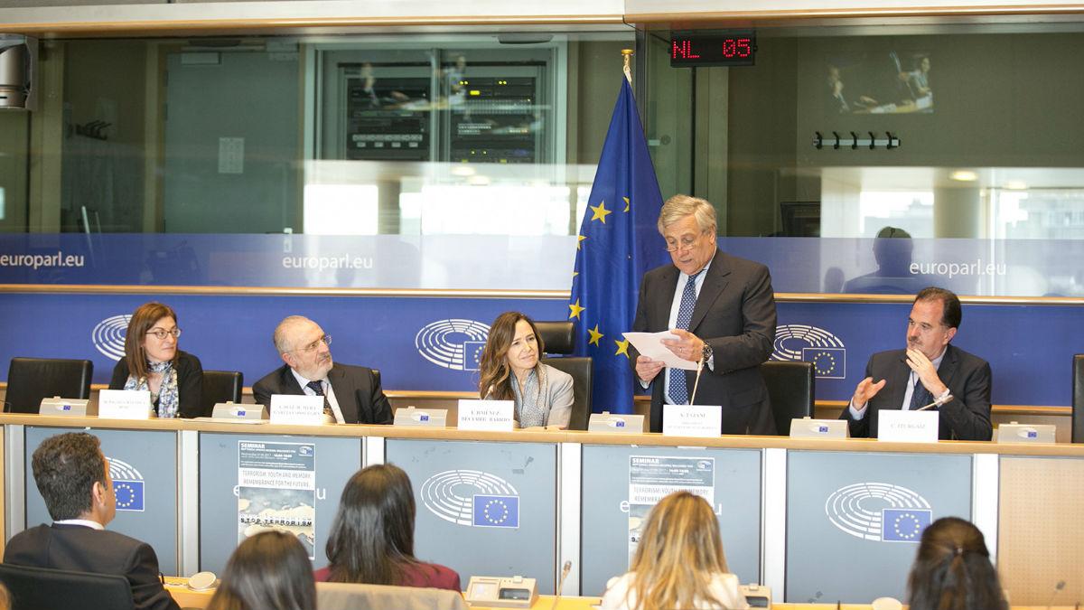 """El Presidente del Parlamento Europeo, Antonio Tajani, que clausuró este acto, destacó por su parte que """"Echeverría es un héroe que ha perdido la vida ayudando a otros"""". (Foto: PPE)"""