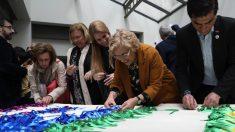 La alcaldesa Manuela Carmena en la elaboración de la bandera arcoíris. (Foto: Madrid)