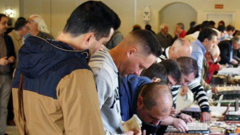 Gente en una exposición numismática.