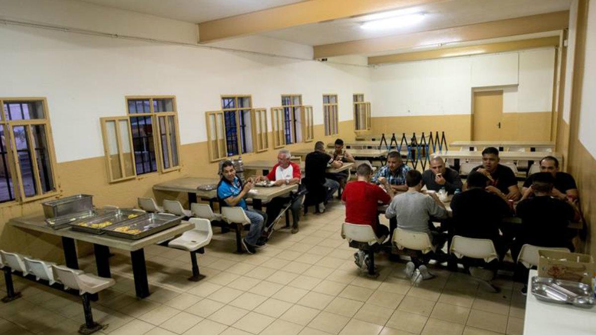 Los últimos reclusos de la cárcel Modelo de Barcelona en su última noche antes de ser trasladados a otros centros penitenciarios. Foto: EFE