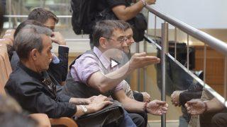 Juan Carlos Monedero increpando a Cifuentes durante la moción de censura (Foto: Francisco Toledo)