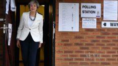 Theresa May tras votar en su colegio electoral. Foto: AFP