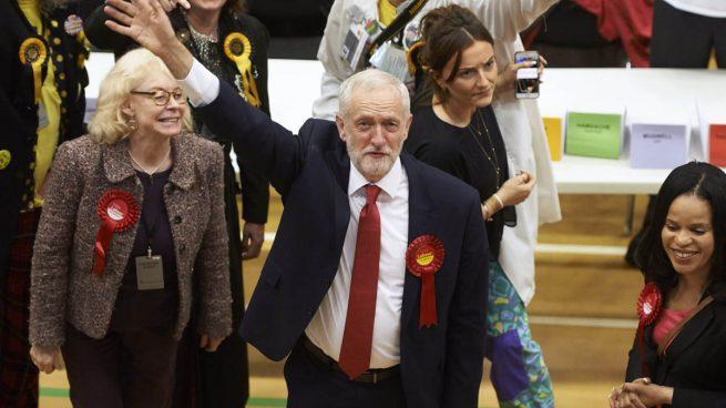 Corbyn pide a May que dimita por su «pérdida de apoyos» en su primera comparecencia
